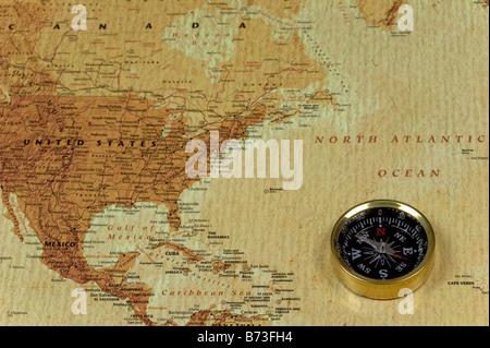 Une boussole brss sur une vieille carte montrant l'océan Atlantique Nord et les États-Unis d'Amérique