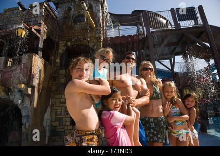 Portrait de famille bénéficiant à water park Banque D'Images