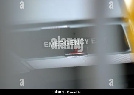 Signe de sortie de secours dans un bus bendy Banque D'Images