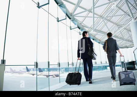 Multi-ethnic business people walking in airport Banque D'Images