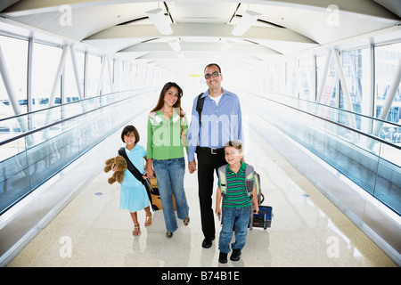 Hispanic family walking in airport Banque D'Images