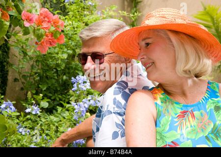 Close-up of happy mature couple dans cadre tropical Banque D'Images