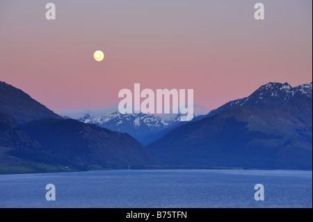 Lune sur le Lac Wakatipu à l'aube, près de Queenstown à vers Glenorchy et Fiordland, Nouvelle-Zélande Île du Sud Banque D'Images