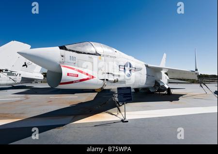 F-8K chasseurs croisés sur le pont du porte-avions USS Yorktown, Musée Naval Patriots Point, Charleston, Caroline Banque D'Images