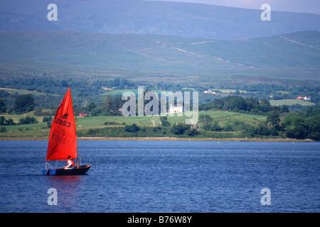 Annexe avec voile voile rouge sur la rivière Kenmare, comté de Kerry