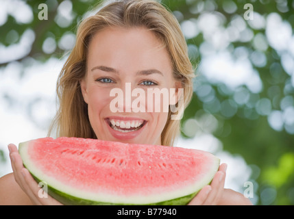 Woman eating watermelon Banque D'Images