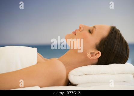 Woman laying on massage table de fond de l'océan Banque D'Images