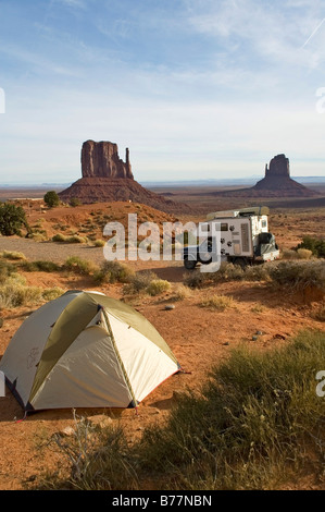 Cross-country tente et voiture avec une caravane dans la région de Monument Valley, Utah, USA Banque D'Images