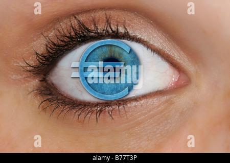 Oeil avec un symbole de l'euro en surimpression sur un iris bleu, détail, symbolique de l'avarice Banque D'Images