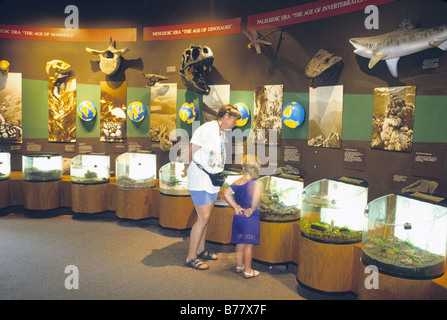 Les gens regardent expositions Virginia Living Museum Newport News en Virginie Banque D'Images