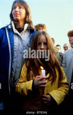 GREENHAM COMMON RALLYE DE LA PAIX 1982 manifestants FEMMES Une mère se tient derrière sa fille tenant une bougie Banque D'Images