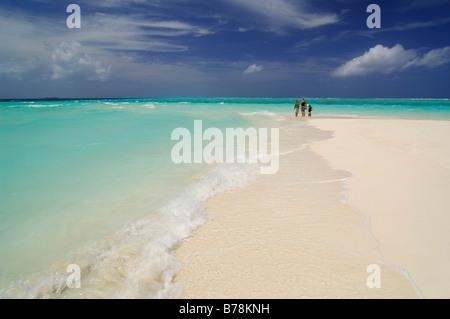 Une femme et deux enfants sur la plage, Laguna Resort, les Maldives, l'Océan Indien Banque D'Images