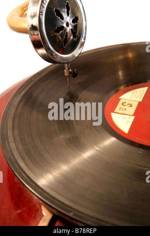 Un vieux disque 78 tours jouant sur un gramophone. Banque D'Images