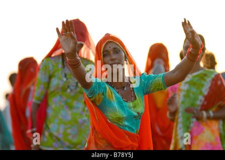 Femme dansant, Ram devra pèlerins festival, Ramdevra Pokhran, Rajasthan, Inde du Nord, Asie, Banque D'Images
