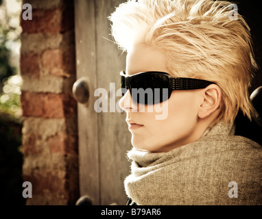 Young blonde woman in winter fashion wearing sunglasses Banque D'Images