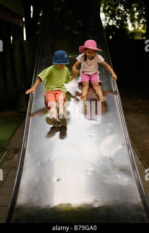 Frère et soeur de 6 ans cinq sur l'échelle de glisser