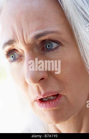 Portrait of Senior Woman Looking contrarié Banque D'Images