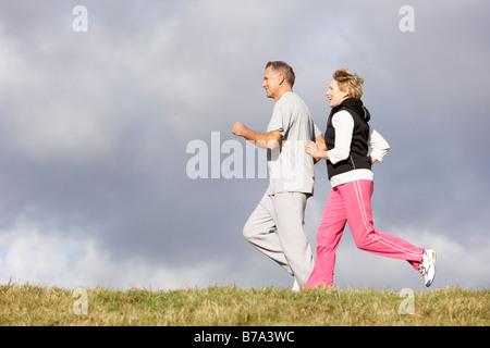 Senior Couple Jogging dans le parc Banque D'Images