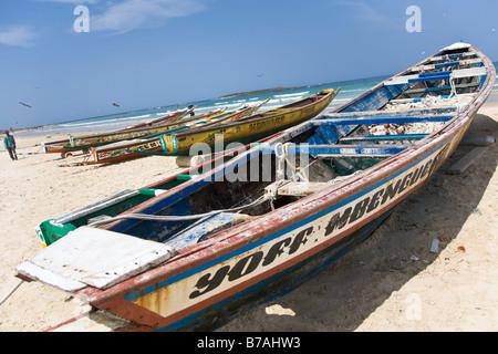 Les bateaux peints de couleurs vives bordent la plage de Yoff, un village de pêcheurs à 30 minutes à l'extérieur Banque D'Images