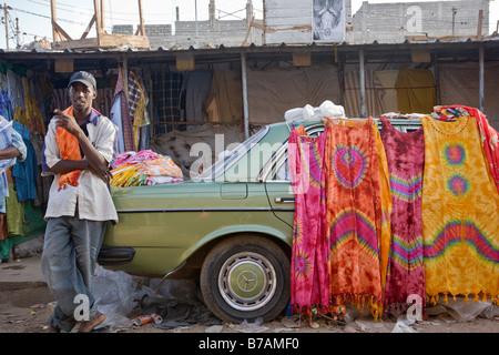 Le marché HLM de Dakar, Sénégal vend toutes sortes de tissus colorés. Bon nombre des vendeurs venus de la Guinée. Banque D'Images