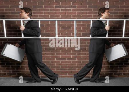 Businessman Walking avec une échelle dans deux directions différentes