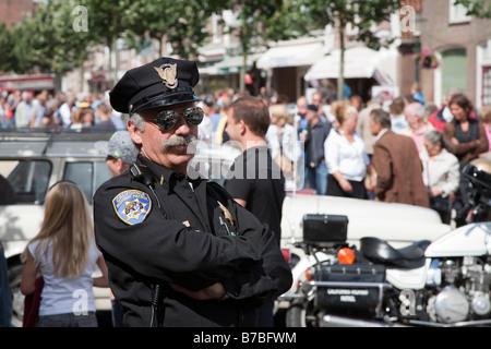L'homme au rallye de voitures classiques California Highway Patrol police Banque D'Images