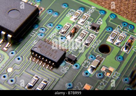 Circuits électroniques imprimés avec des puces d'ordinateur, résistances, condensateurs, d'autres parties.