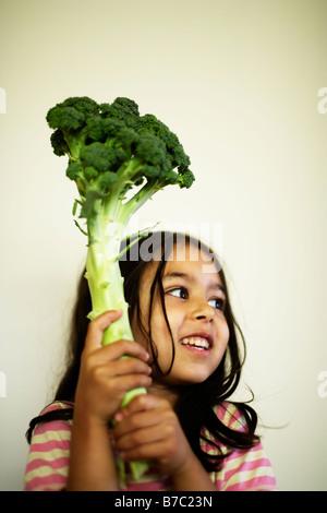 Petite fille de cinq ans avec brocoli