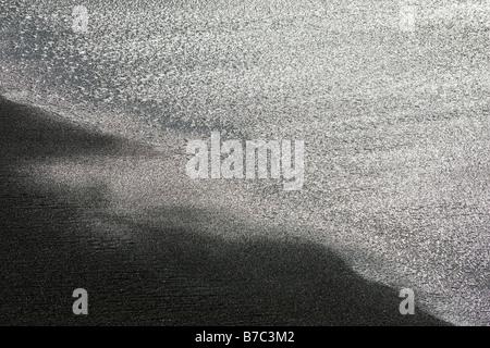 Close up abstraite de vagues rejetés sur la plage de San Simeon State Park, San Simeon, California, USA Banque D'Images