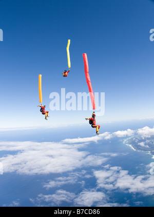 Sautez au dessus du tube de Skydive Oahu, Hawaii, USA. Groupe vole autour de l'autre le long de la plage sur la Banque D'Images