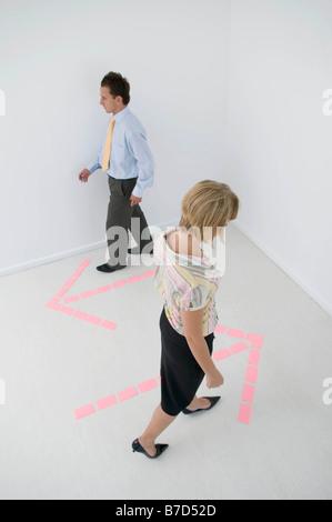 Les gens d'affaires à la suite de flèches. Banque D'Images