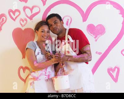 Fille et l'homme en face de coeurs roses. Banque D'Images