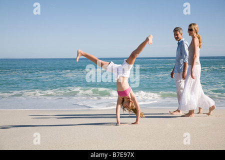 Girl doing handstand at beach Banque D'Images