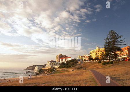 La plage de Bondi au lever du soleil. À pied de la plage. Rangée de maisons. Banque D'Images