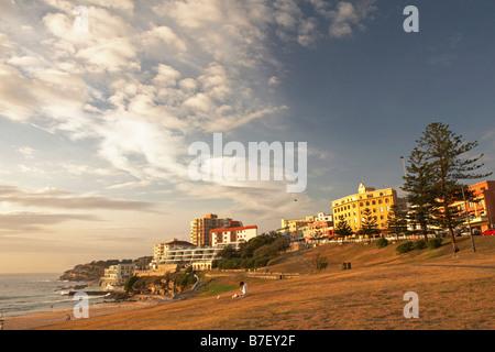 La plage de Bondi au lever du soleil. Banque D'Images