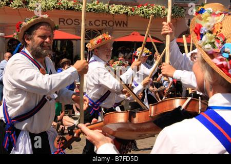 Morris men dancing avec des bâtons à l'extérieur de la Rose and Crown pub à Warwick Folk Festival, Warwick, Royaume Banque D'Images