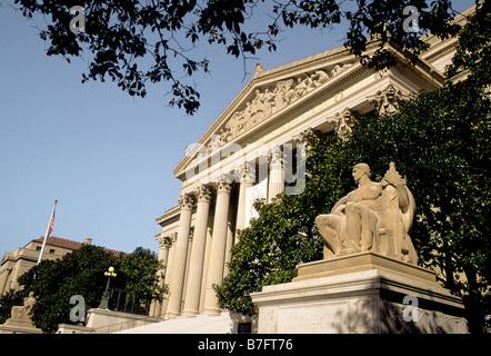 USA Washington DC les Archives nationales musée où la déclaration d'indépendance et de la Déclaration des droits sont conservés. Statue en face du bâtiment.