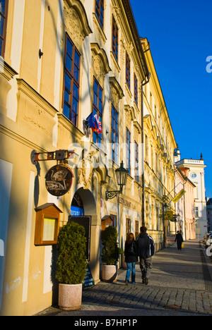 Couple à Hradcanske namesti dans Hradcany de Prague République Tchèque Europe Banque D'Images