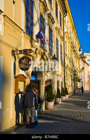 Couple reading un restaurant menu à Hradcany namesti district de Hradcanska à Prague République Tchèque Europe Banque D'Images