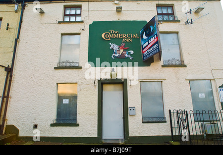 Urban decay uk au pub vide à vendre avec fenêtres et portes fermés et sécurisés avec volets métalliques UK Banque D'Images
