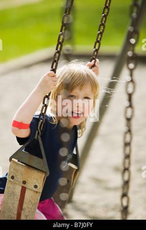 4 ans, fille, jouant sur une balançoire, Vancouver, C.-B. Banque D'Images