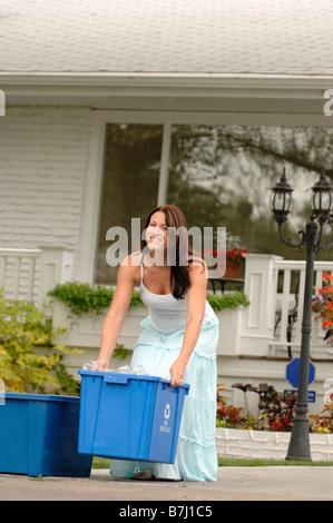 Femme en tenant le recyclage pour freiner, Regina, Saskatchewan Banque D'Images