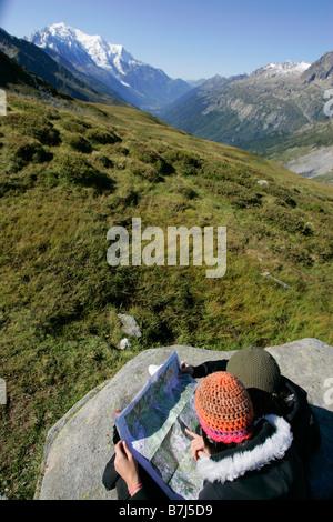 Les jeunes filles (19) de la lecture d'un site en face du Mont Blanc, Col de Balme Chamonix, France