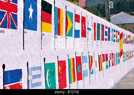 Drapeaux du Monde dans petit port Porto de Vicedo en Galice, Espagne Banque D'Images
