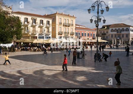 Dimanche de la Platia Syndagmatos la place principale de la vieille ville de Nauplie, argolid, Péloponnèse, Grèce Banque D'Images
