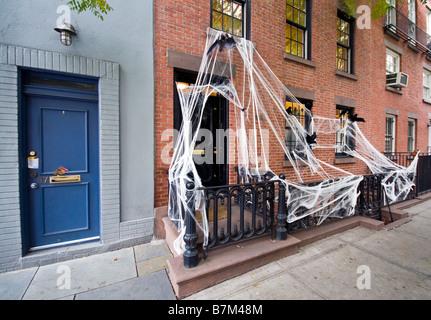 Décorations d'Halloween à l'extérieur chambre à Greenwich Village, New York, USA Banque D'Images