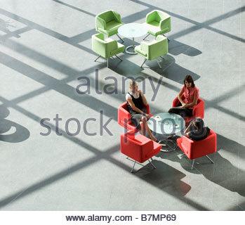 Trois collègues d'affaires la tenue d'une réunion ayant un verre Banque D'Images