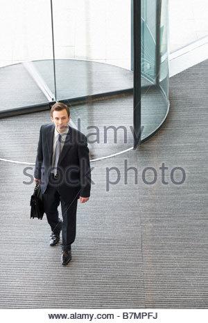 Un homme d'affaires qui arrivent au travail Banque D'Images