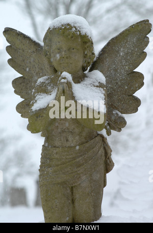 Angel memorial sur une tombe en hiver Banque D'Images