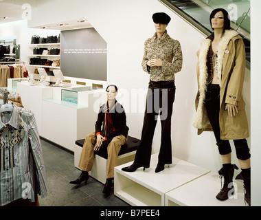fd1dc509477 Boutique de mode d affichage Fenêtre Amsterdam Pays-Bas · L intérieur  d usure Womens Mexx Guildfrom Banque D Images